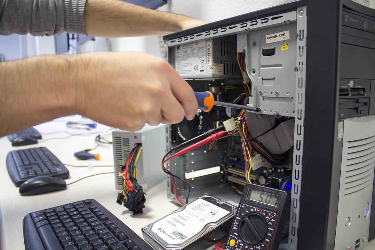 Técnico informático (Reparación y programación de ordenadores y redes locales)
